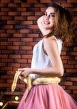 Chica joven que presenta con un pitón del albino Imagen de archivo