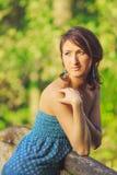 Chica joven que presenta en el puente de madera Foto de archivo