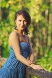 Chica joven que presenta en el puente de madera Fotografía de archivo