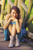 Chica joven que presenta en el puente de madera Imagen de archivo libre de regalías
