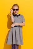 Chica joven que presenta en gafas de sol Imagen de archivo