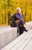 Chica joven que presenta en parque del otoño Fotografía de archivo libre de regalías