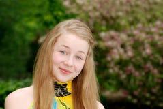 Chica joven que ríe al aire libre Imágenes de archivo libres de regalías