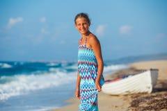 Chica joven que recorre en la playa Imagenes de archivo