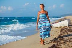 Chica joven que recorre en la playa Fotografía de archivo libre de regalías