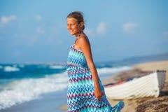 Chica joven que recorre en la playa Imagen de archivo libre de regalías