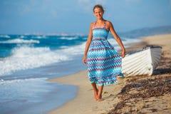 Chica joven que recorre en la playa Imágenes de archivo libres de regalías