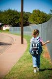 Chica joven que recorre a la escuela en el primer día de escuela Fotos de archivo libres de regalías