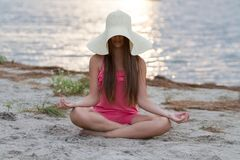 Chica joven que reflexiona sobre la playa Fotos de archivo libres de regalías