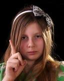 Chica joven que regana y que agita su dedo Imagenes de archivo