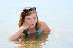 Chica joven que se baña en el mar. Fotos de archivo libres de regalías