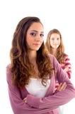 Chica joven que se coloca cerca a la cámara y a otra Imagen de archivo