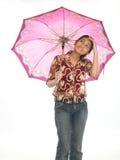 Chica joven que se coloca con el paraguas Foto de archivo