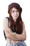 Chica joven que se coloca con los brazos cruzados Fotografía de archivo