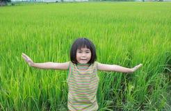 Chica joven que se coloca en el campo del arroz Fotografía de archivo
