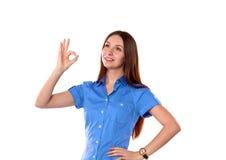 Chica joven que se coloca en un fondo blanco Imagen de archivo