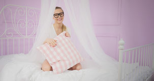 Chica joven que se divierte en cama imagenes de archivo