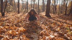 Chica joven que se divierte en naturaleza metrajes