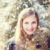 Chica joven que se divierte en parque del invierno Fotos de archivo libres de regalías