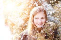Chica joven que se divierte en parque del invierno Imagen de archivo libre de regalías