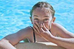 Chica joven que se divierte en una piscina. Imagen de archivo