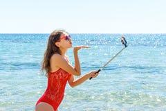 Chica joven que se divierte que toma imágenes del selfie del smartphone de sí misma Días de fiesta del viaje Fotos de archivo libres de regalías