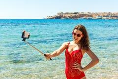 Chica joven que se divierte que toma imágenes del selfie del smartphone de sí misma Días de fiesta del viaje Imagenes de archivo