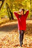 Chica joven que se enfría en parque Foto de archivo