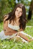 Chica joven que se enfría en parque verde al aire libre Imagen de archivo