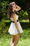 Chica joven que se enfría en parque verde al aire libre Foto de archivo libre de regalías