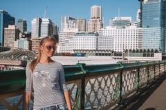 Chica joven que se enfría en Sydney imagen de archivo
