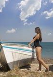Chica joven que se inclina en un barco Foto de archivo