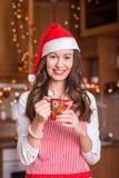 Chica joven que se prepara para la Navidad Fotos de archivo libres de regalías