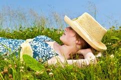 Chica joven que se reclina en prado Imagen de archivo libre de regalías