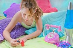 Chica joven que se relaja Imagen de archivo libre de regalías