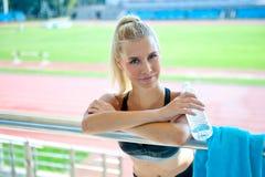 Chica joven que se relaja con la botella de agua Imagenes de archivo