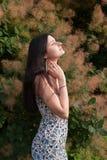 Chica joven que se relaja en el fondo del árbol Foto de archivo libre de regalías