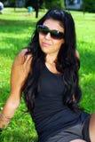 Chica joven que se relaja en el parque Fotografía de archivo libre de regalías