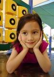Chica joven que se relaja en el patio. Fotos de archivo