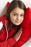 Chica joven que se relaja en el sofá Fotografía de archivo libre de regalías