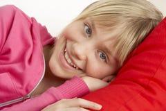 Chica joven que se relaja en el sofá Fotos de archivo libres de regalías