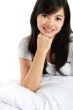 Chica joven que se relaja en la cama Imagenes de archivo