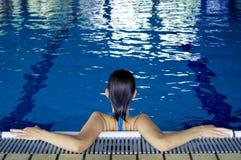 Chica joven que se relaja en la piscina 01 Fotos de archivo libres de regalías