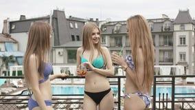 Chica joven que se relaja en la piscina almacen de metraje de vídeo