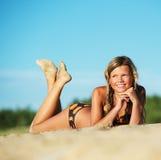 Chica joven que se relaja en la playa Fotos de archivo libres de regalías