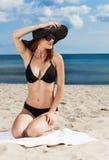 Chica joven que se relaja en la playa Fotografía de archivo libre de regalías