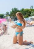 Chica joven que se relaja en la playa Fotos de archivo