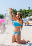 Chica joven que se relaja en la playa Fotografía de archivo