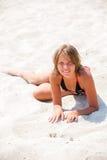 Chica joven que se relaja en la playa Imágenes de archivo libres de regalías