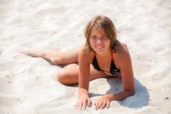 Chica joven que se relaja en la playa Imagen de archivo